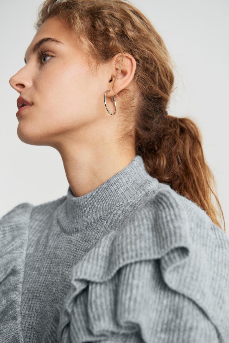 grå genser med rysjer forran